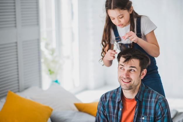 Het concept van de vadersdag met haar van dochter het scherpe vaders