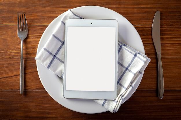 Het concept van de voedsellevering met een digitale tablet