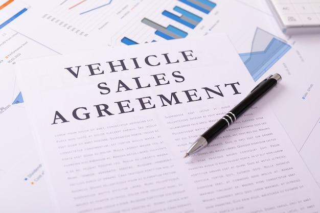Het concept van de voertuigverkoopovereenkomst, documenten op het desktop