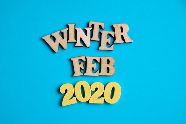 Het concept van de winter - februari in het nieuwe jaar. houten cijfers 2020 met letters
