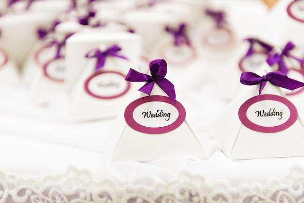 Het concept van decor voor bruiloften en feestdagen, bonbonnieres voor geschenken aan gasten