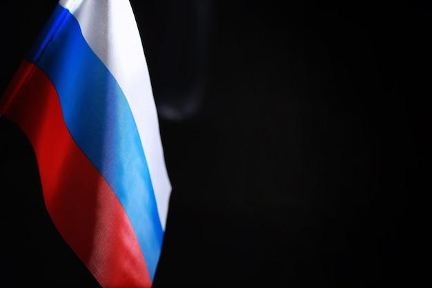 Het concept van diplomatieke betrekkingen. vlag van de verenigde staten van amerika en de russische federatie. sanctiedruk in de politiek.