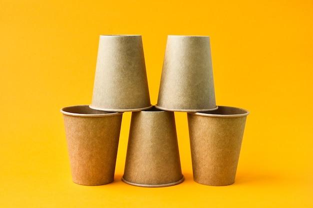 Het concept van eco fastfood met kartonnen bekers van milieuvriendelijk materiaal geïsoleerd