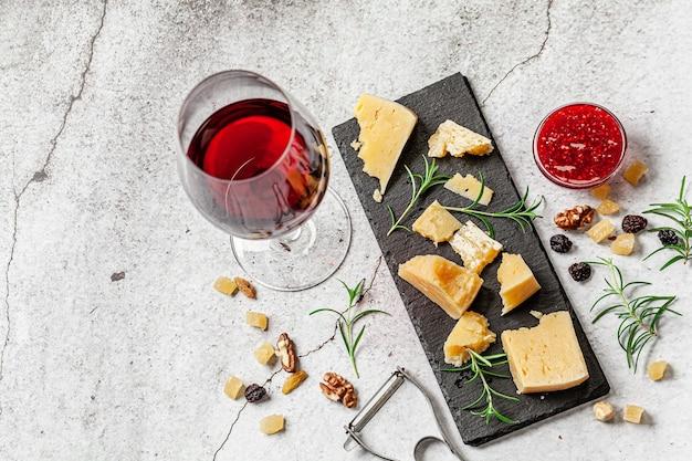 Het concept van ecoproducten. biologische zuivelproducten van de boerderij, kaas, ontbijtgranen en wijn. parmezaanse kaas, feta, geitenkaas, rode wijn. achtergrond afbeelding. kopieer ruimte.