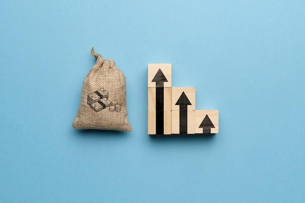 Het concept van een geleidelijke toename van kapitaal en geld. geldzak en afbeelding pijl-omhoog.