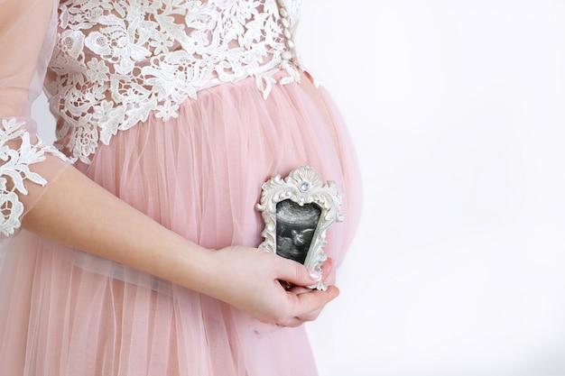 Het concept van een gezonde zwangerschap. gezonde levensstijl voor een zwangere vrouw.