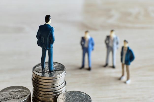 Het concept van een investeerder in een startup en een bedrijf met een persoon op munten.