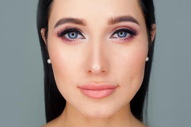 Het concept van een omslag voor een damesmodeblad, reclamefolders voor de verkoop van cosmetica, een diploma voor visagisten. het gezicht van het model met natuurlijke make-up.