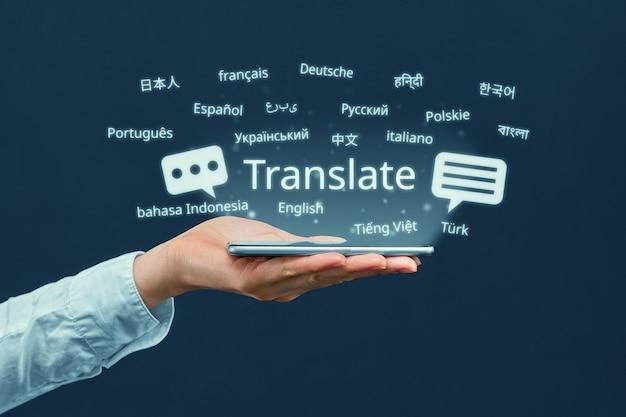 Het concept van een programma voor het vertalen in een smartphone vanuit verschillende talen