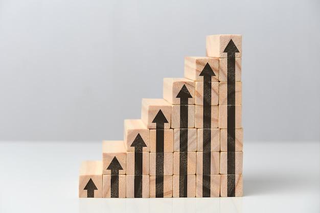 Het concept van een succesvol en groeiend bedrijf is een trap gemaakt van houten blokken.