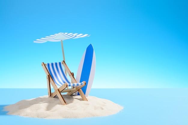 Het concept van een tropische vakantie. een chaise longue onder een parasol en surfplank op het zanderige eiland. hemel met kopie ruimte