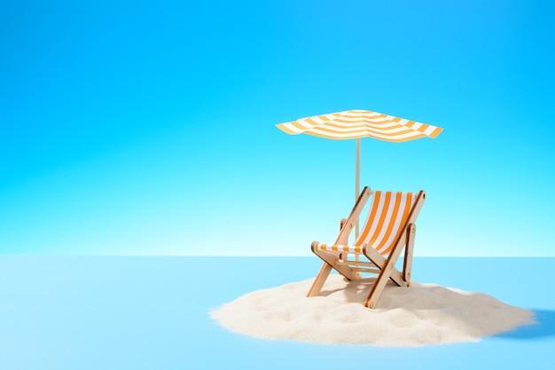 Het concept van een tropische vakantie. een chaise longue onder een parasol op het zanderige eiland. hemel met kopie ruimte