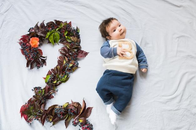 Het concept van een twee maanden oude baby. close-up portret van 2 maanden baby oogcontact roze rose goud. figuur 2