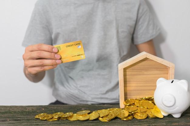 Het concept van een zakenman opgroeien om geld te besparen