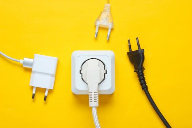 Het concept van elektrische afhankelijkheid. veel stekkers in de buurt van stopcontacten