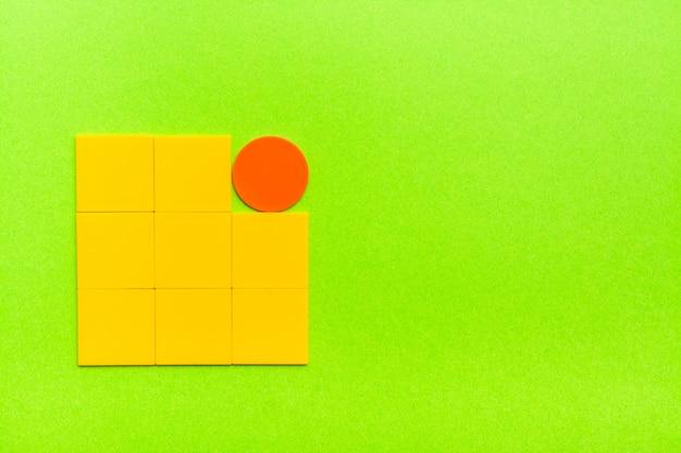 Het concept van excentriciteit, ongebruikelijkheid, uitsluiting van vlakke figuren. eén cirkel tussen vele vierkanten. kopieer ruimte