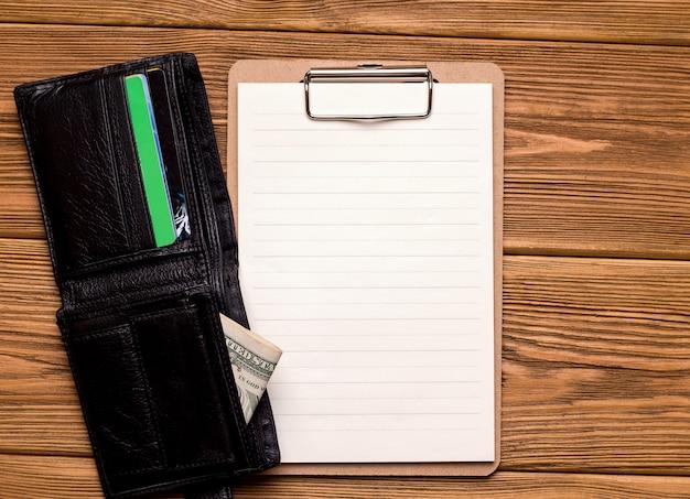 Het concept van financiering en krediet. portemonnee met de ruimte van het geldexemplaar