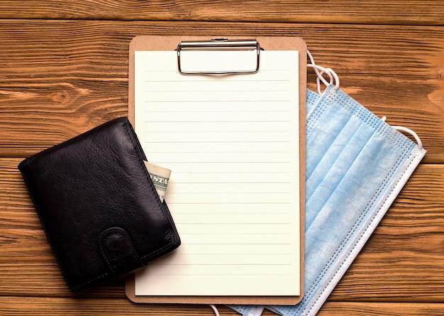Het concept van financiering en krediet tijdens een pandemie. een blanco vel papier naast de portemonnee.