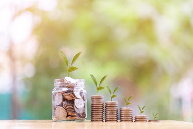 Het concept van geld besparen met stapelgeldmunt geld voor de toekomst businessfinancesaving