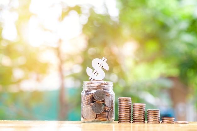 Het concept van geld besparen met stapelgeldmunt geld voor de toekomst businessfinancesavingprofit