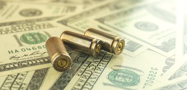 Het concept van gelddiefstal en corruptie, kogel voor een pistool, misdaadbannerfoto