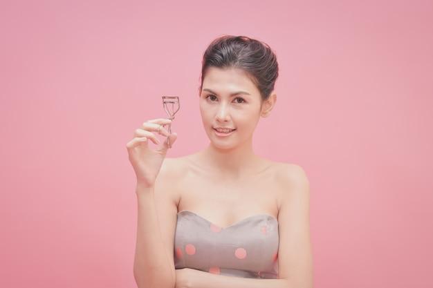 Het concept van gezonde mooie vrouw. mooi meisje make-up met cosmetica.
