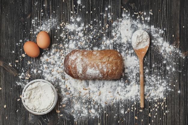 Het concept van het bakken van eigengemaakt brood. de ingrediënten en het brood zoals het is.