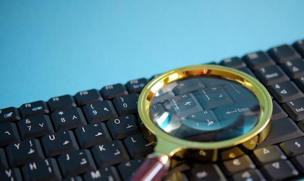 Het concept van het berekenen van belastingen, financiële berekeningen op de computer, vergrootglas voor herziening