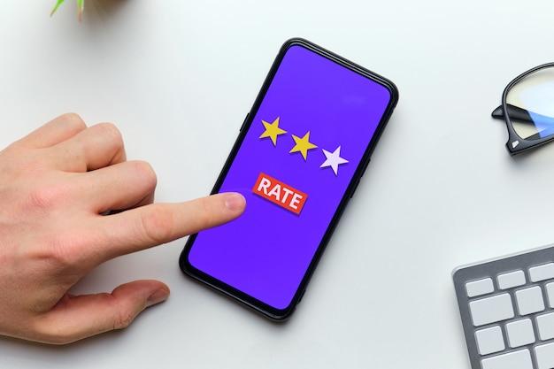 Het concept van het invoeren van een tarief op een smartphonescherm door een persoon.