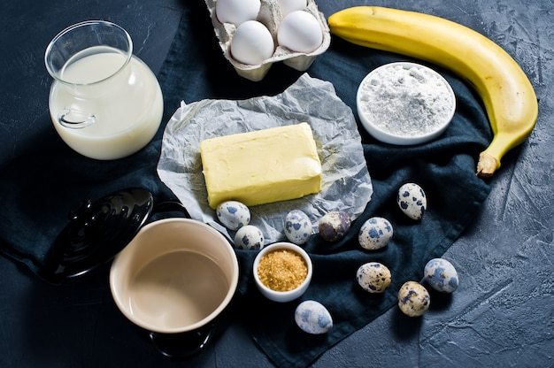 Het concept van het koken van banaanmuffins.