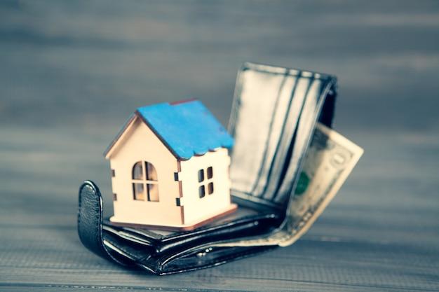 Het concept van het kopen van een huis. op een hoesthuis