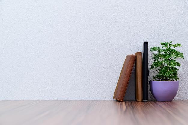Het concept van het lezen van een boek is aan het bureau in de kamer