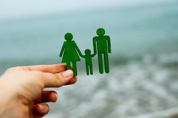 Het concept van het plannen van een vakantie en rust voor zeven met een kind en een levens- en ziektekostenverzekering van ...