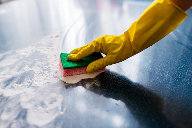 Het concept van het schoonmaken van het huis, het afvegen van vlekken en stof.