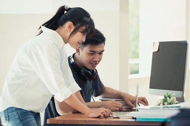 Het concept van het vergaderingsplan: aziatische bedrijfsmensen die en samen met tabletcomputer werken bestuderen met documenten in bureau