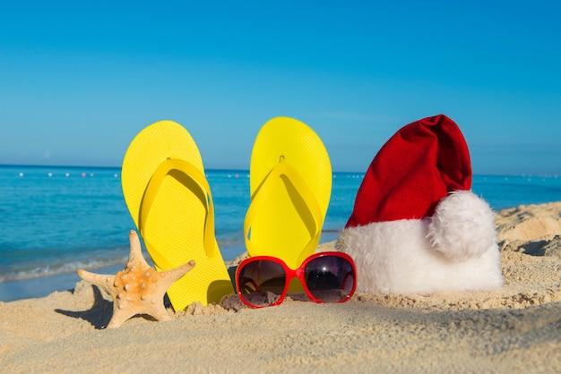 Het concept van het vieren van het nieuwe jaar en de kerstvakantie op zee