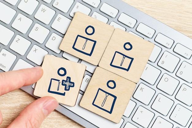 Het concept van het werven van personeel voor teamwork op internet.