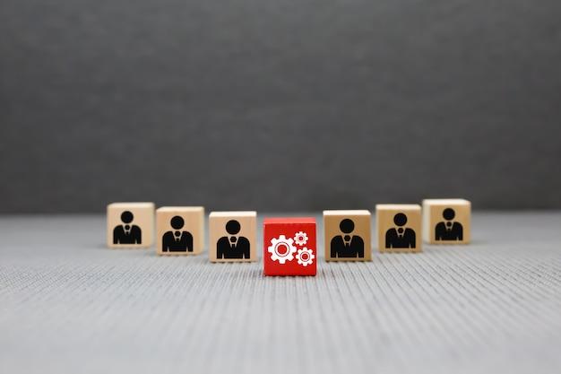 Het concept van houten blokken met grafische pictogrammen van teamwerk voor zakelijk succes.