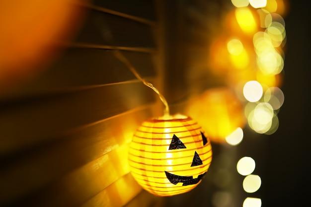 Het concept van licht op de nacht halloween.ronde lamp vorm van pompoen gebruikt om te versieren met bokeh en ruimte voor tekst te kopiëren.