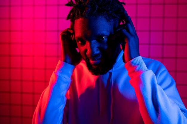 Het concept van muziek. een zwarte man luistert naar muziek met een koptelefoon