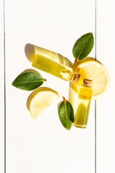 Het concept van natuurlijke biologische essentiële citroenolie voor zelfzorg. gehydrateerd, aromatherapie. bovenaanzicht. mooie schaduwen.