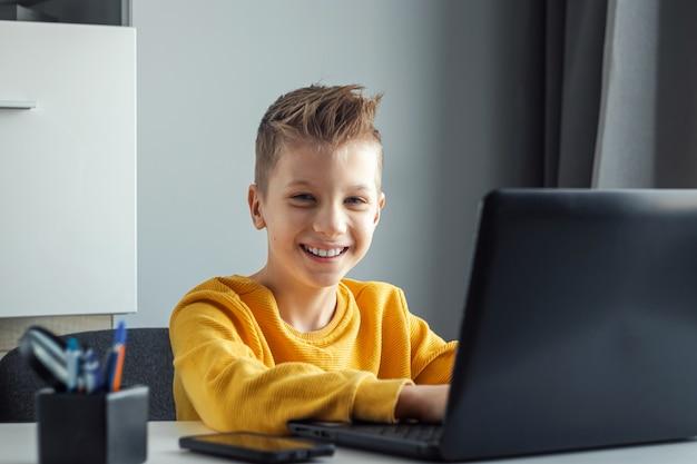Het concept van online leren, afstandsonderwijs thuis, technologie, school.