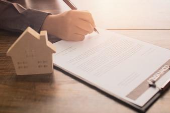 Het concept van onroerende goederen, cliënt of huiskoperteken op contractdocument
