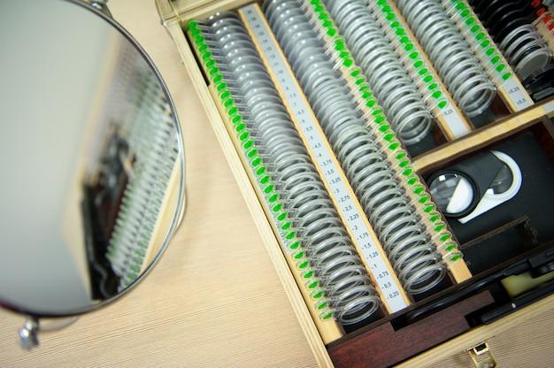 Het concept van oogheelkunde. de platen bevatten concave lenzen, convexe lenzen,