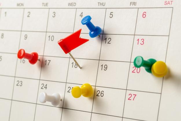 Het concept van planning en deadline met punaise op kalenderdatum.