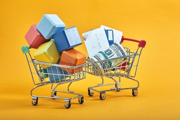 Het concept van reclame. winkelwagentje met veelkleurige blokjes. het symboliseert veel aankopen. lay-out voor de ontwerper over het onderwerp kortingen en verkoop.