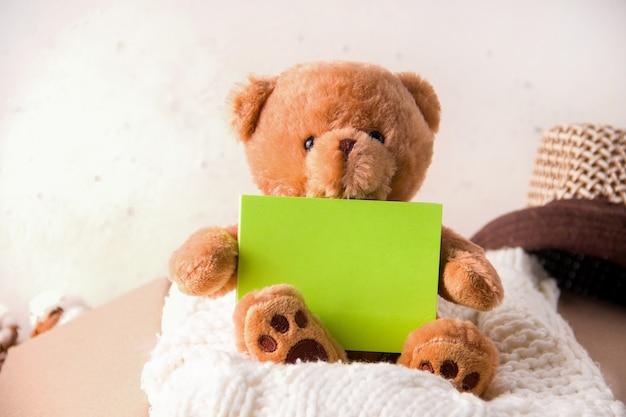 Het concept van sociale bijstand aan kinderen. in een kartonnen doos schenkt dingen en speelgoed.