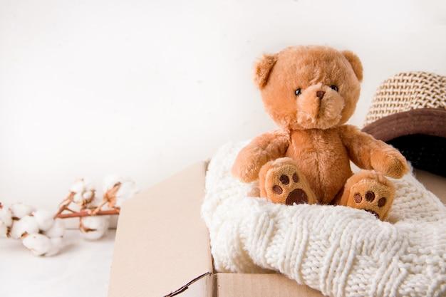 Het concept van sociale bijstand aan kinderen. in een kartonnen doos worden spullen en speelgoed gedoneerd