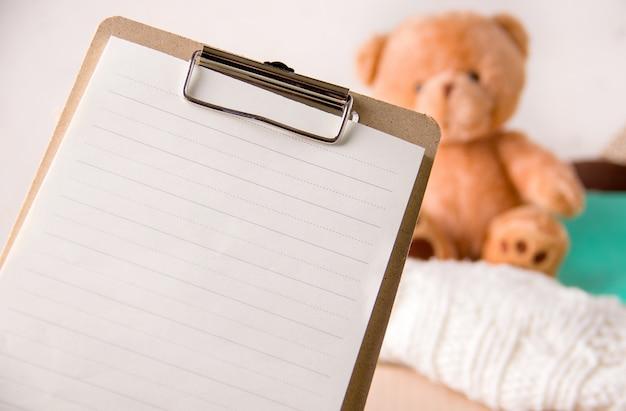 Het concept van sociale bijstand aan kinderen. leeg vel papier