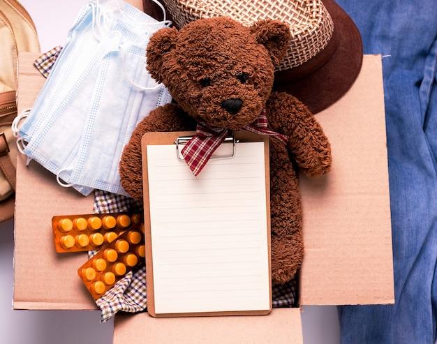 Het concept van sociale bijstand aan kinderen. speelgoed en dingen in een doos.